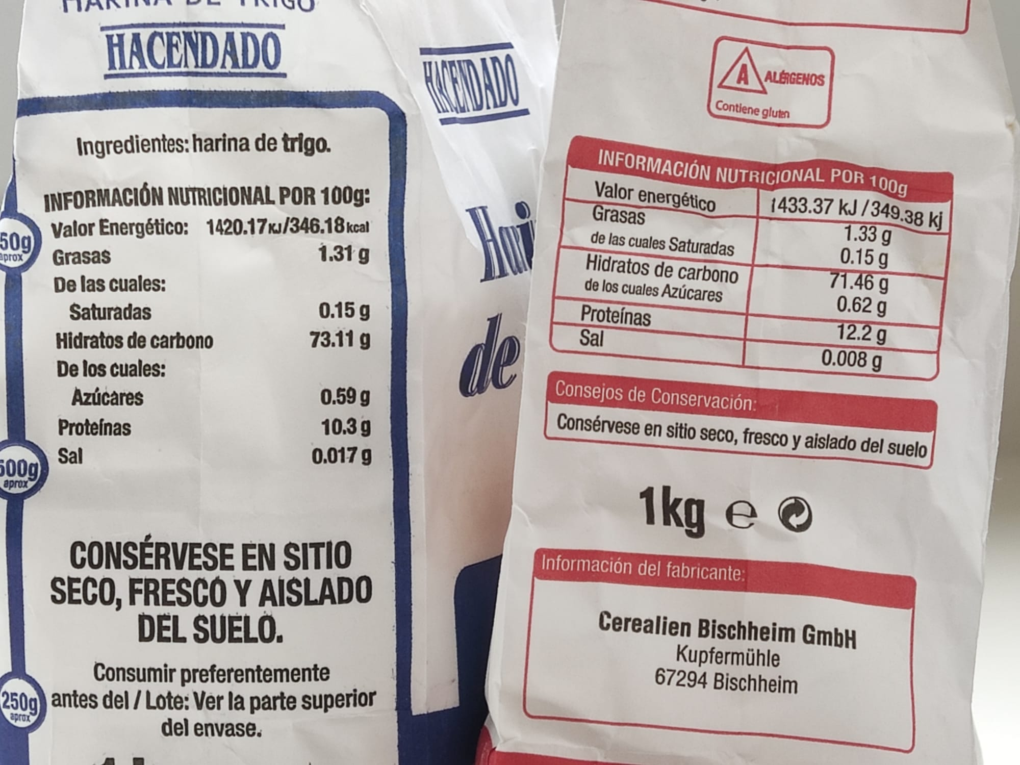 Cuestión de proteínas. Harinas de trigo que puedes encontrar en el supermercado. Las dos de la foto son de Mercadean y su principal diferencia es la cantidad de proteína. ¿Adivinas cuál es la normal y cuál la de fuerza? Pues eso.